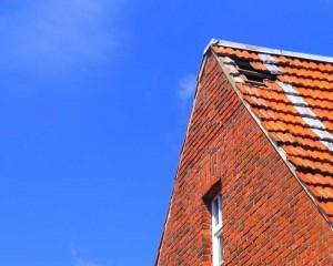 Nicht immer sind Lecks am Dach so deutlich zu erkennen wie hier. Flecken am Gebälk oder eindringendes Wasser sind aber auch Anzeichen für ein undichtes Dach. © Maret Hosemann / pixelio.de
