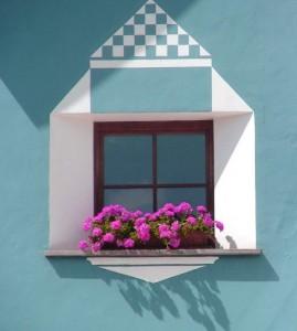 Neues Fenster an renovierter Fassade.