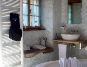 Geschmackvoll eingerichtetes Badezimmer.