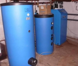 Wärmepumpe mit Pufferspeicher und Warmwasserspeicher.