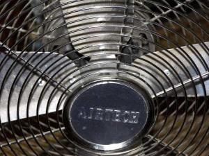 Ventilator, der bei Hitze kühlt.
