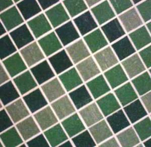 Mosaik aus grünen Fliesen.