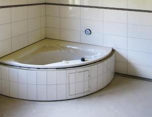 Badrenovierung mit neuer Badewanne.