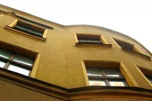 Fassade mit Rissen.