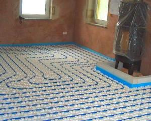Die Schläuche einer Fußbodenheizung werden schlaufenförmig, meist von außen nach innen verlegt.