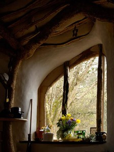 Schöner Ausblick in die Natur. Foto: Es ist alles mit natürlichen Materialien gebaut. Foto: Die Konstruktion steht schon mal. Foto: Am Anfang war eine saftg, grüne Wiese. Foto www.simondale.net