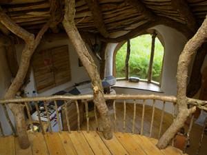 Es ist alles mit natürlichen Materialien gebaut. Foto: Die Konstruktion steht schon mal. Foto: Am Anfang war eine saftg, grüne Wiese. Foto www.simondale.net