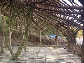 Die Konstruktion steht schon mal. Foto: Am Anfang war eine saftg, grüne Wiese. Foto www.simondale.net