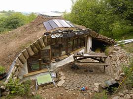Das Haus fügt sich natürlich in die Umgebung ein. Foto: Schöner Ausblick in die Natur. Foto: Es ist alles mit natürlichen Materialien gebaut. Foto: Die Konstruktion steht schon mal. Foto: Am Anfang war eine saftg, grüne Wiese. Foto www.simondale.net