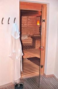 Mit Infrarotstrahlung betriebene Sauna.