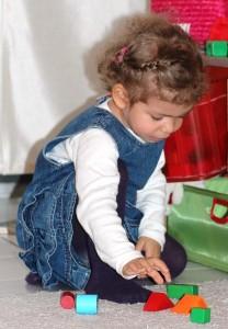 Kind spielt mit Spielzeug.