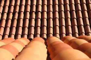 Dach aus Tonziegeln.