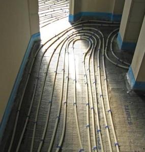 Verlegte Schlingen einer Fußbodenheizung.
