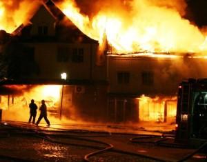 Feuerwehrmänner bekämpfen einen Brand.