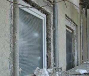 Ein Fenstereinbau sollte eigentlich nur von professioneller Hand erledigt werden.