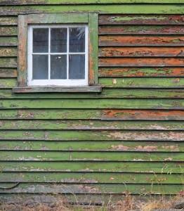 Alte, angegriffene Holzfassade.