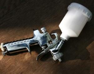 Mit einer Farbspritzpistole lässt gleichmäßig streichen.