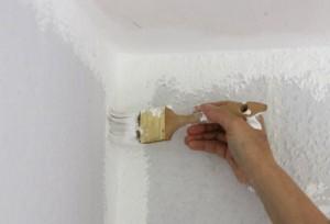 Kanten zwischen Decke und Wänden werden gestrichen.