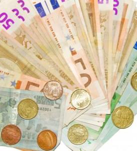 Viele Euroscheine und Münzen.