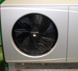 Die Luft-Wasser-Wärmepumpe nimmt die Umgebungsluft auf, bereitet diese auf und gibt die Wärmeenergie an das Heizsystem und die Aufbereitung von Warmwasser ab.
