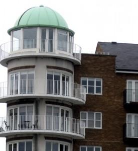 Ein Kupferdach ist haltbar und erhäl durch die grünliche Patina eine ganz besondere Optik.