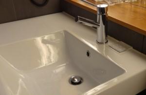 Auch als begabter Heimwerkersollten einige Schritte der Badrenovierung dem Profi überlassen werden.