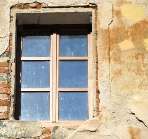 Spätestens bei diesem Anblick ist es allerhöchste Zeit, die Fassade zu sanieren und zu streichen.