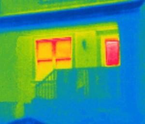 Bei alten Fenstern ist das Risiko für Wärmebrücken besonders hoch.