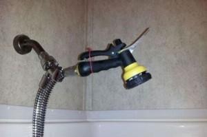 Gartengeräte lassen sich offensichlich auch im Badezimmer verwenden.