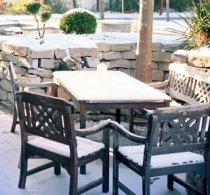 Um Gartenmöbel, Terrasse oder Fassade vor Wind und Wetter zu schützen empfiehlt es sich, einen Holzschutz aufzutragen.