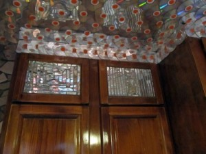 Im Oak Street Remnodel zieren alte CDs die Küchendecke.