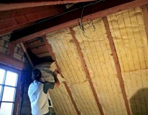Dachdämmung wird zwischen die Sparren eingebracht.