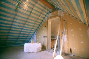 Dachboden wird mit Mineralwolle gedämmt und Saniert.