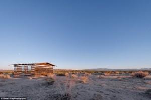 Das Haus verliert sich in den Weiten der Wüste.