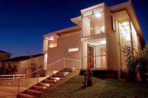 Eine Strandvilla aus Containern und traditioneller Bauweise.